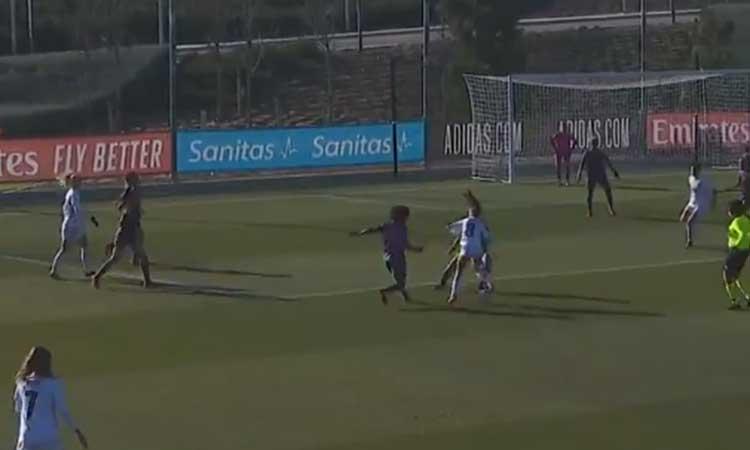 Maite Oroz, del Real  Madrid, hace jugada de fantasía ante dos rivales